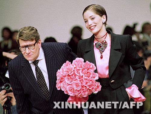 这是1993年3月19日,伊夫 圣罗兰 左 在巴黎的时装发布会上...
