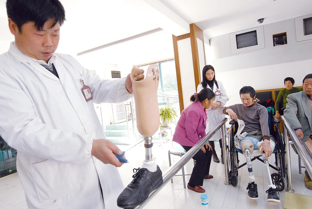 中残联网_给贫困残疾人免费装假肢--婺城新闻网