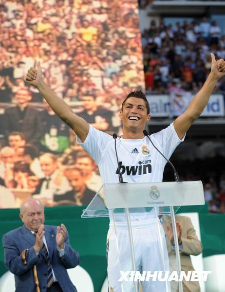 克里斯蒂亚诺·罗纳尔多在欢迎仪式上向球迷致意.当日,西甲皇家